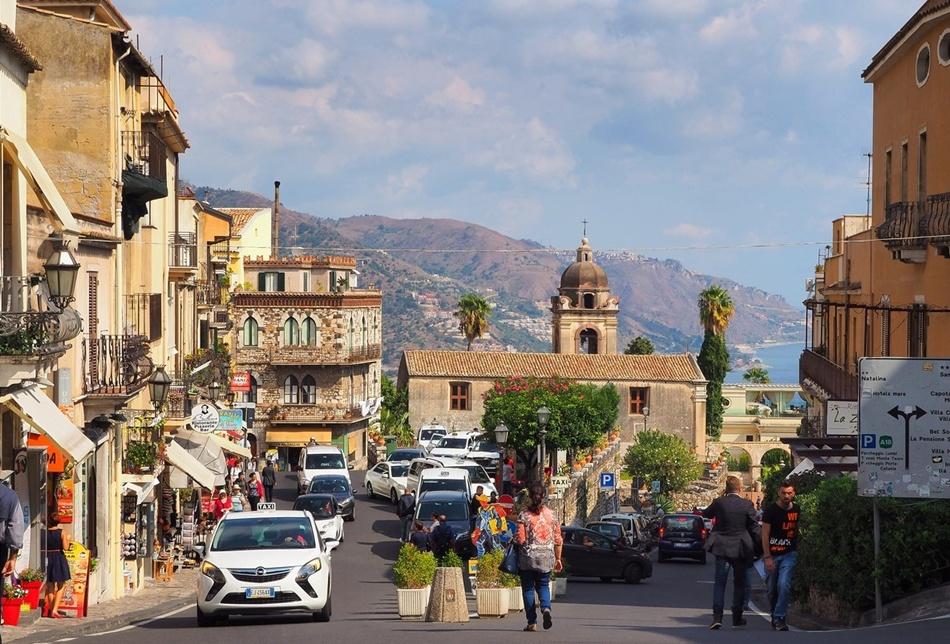 Улица в итальянском городе Таормина. Нет навязчивых билбордов и больших ярких рекламных объявлений