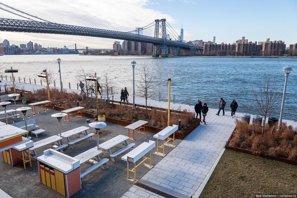 Парк Domino в Нью-Йорке. Вместе с газоном здесь высажены и многолетние растения, которые органично смотрятся и зимой