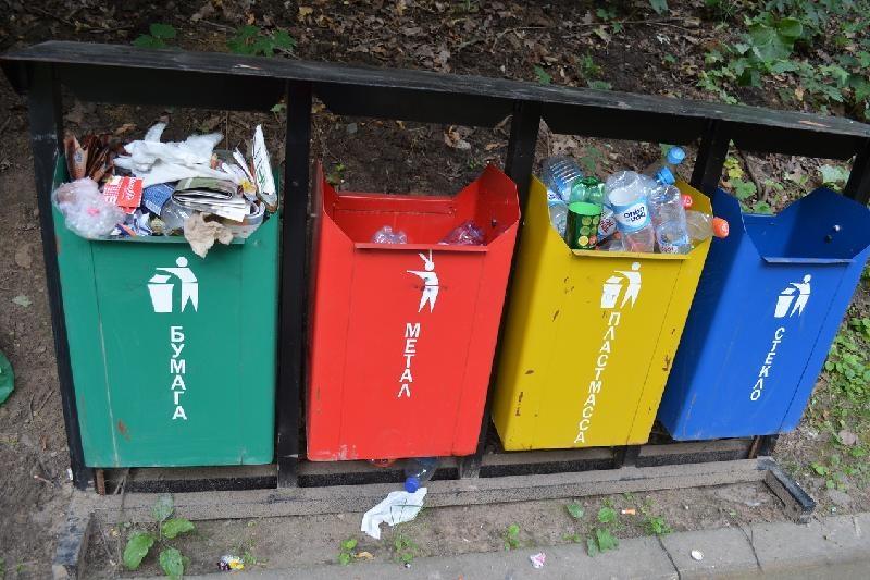 Такие мусорные баки установлены в городах в Казахстане. Люди быстро выучили, какие контейнеры для какого мусора | Фото: Казинформ