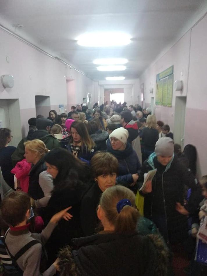 Толпа в поликлинике. Фото: Яна Баранник
