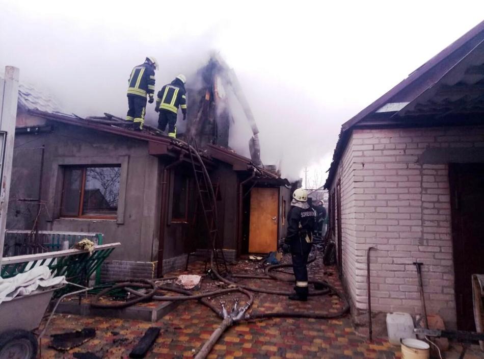 В Днепровском районе пожарные тушили крышу