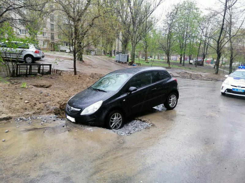В Запорожье машина провалилась в яму на дороге
