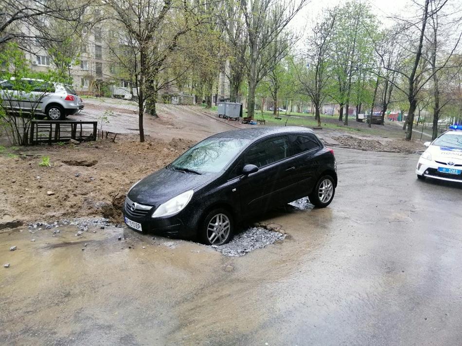 Машина провалилась в яму. фото: патрульная полиция Запорожья