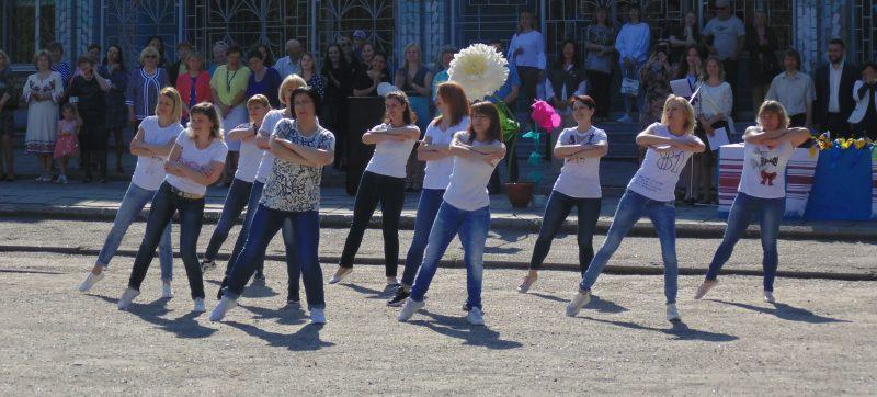 Всех участников Последнего звонка своим танцем порадовали мамы учащихся