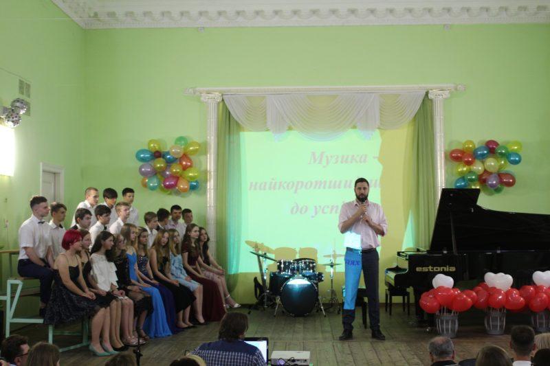 Поздравить юных музыкантов с выпуском пришел заместитель мэра Анатолий Пустоваров