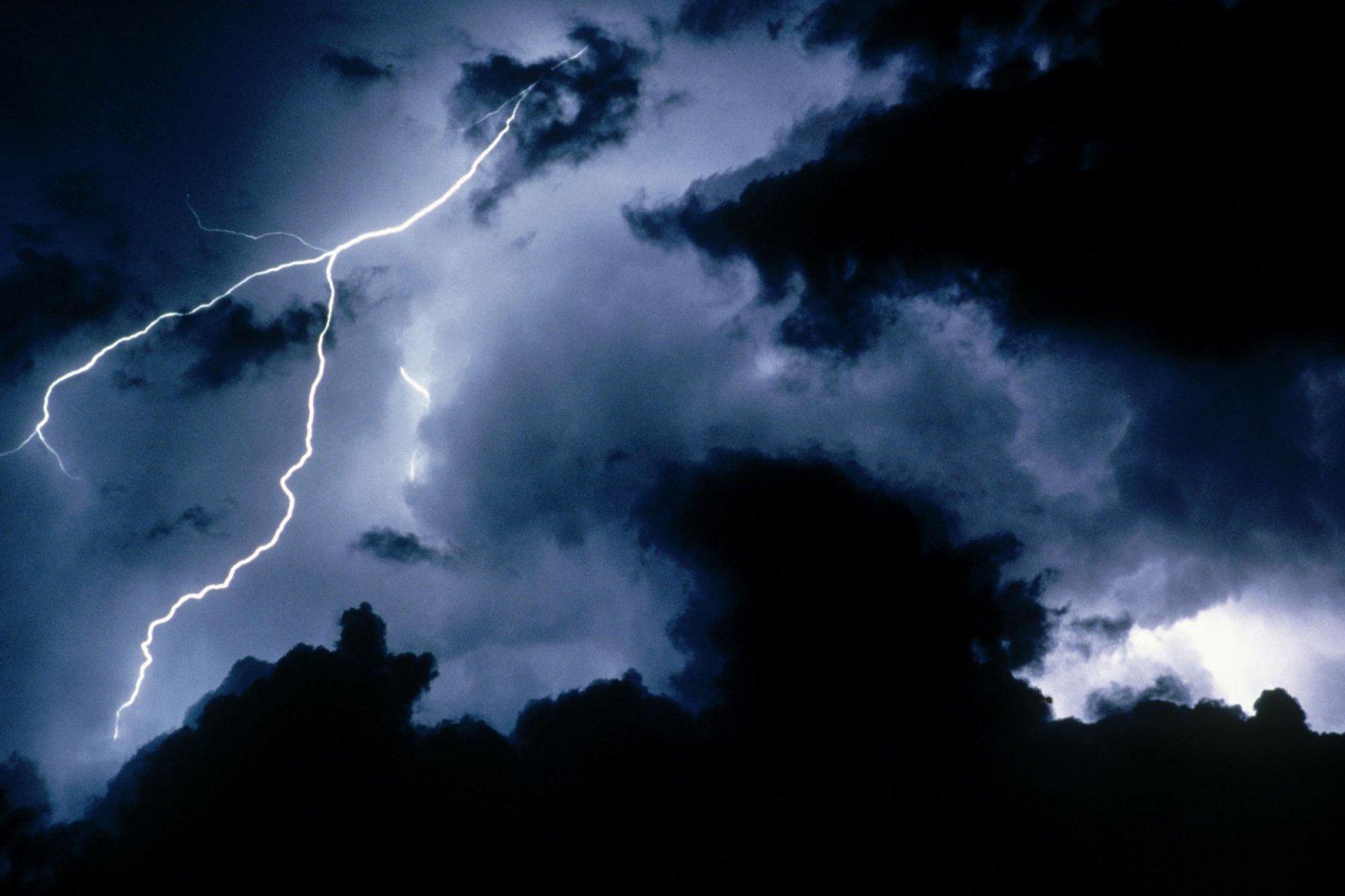 можно вытянуть картинки гроза и молния дождь пора