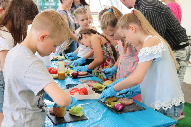 Дети готовят гамбергеры