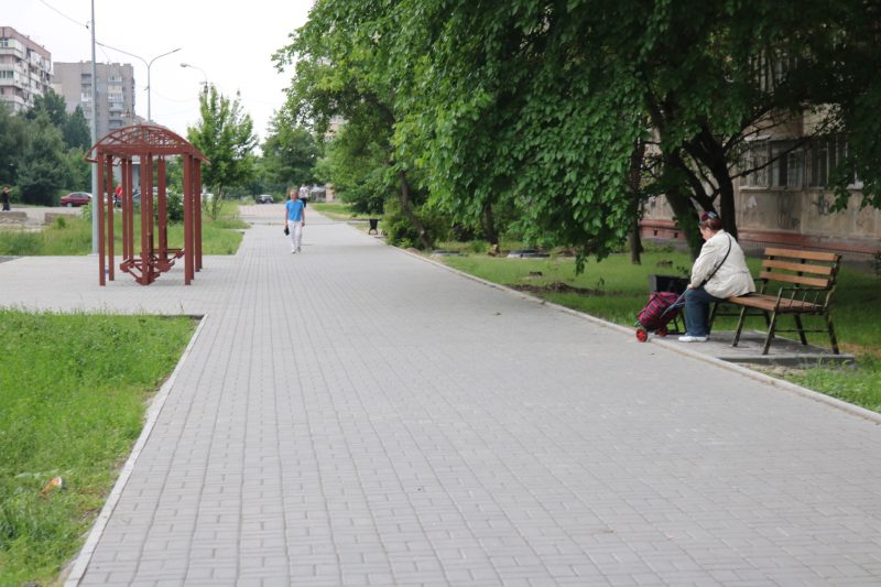 Пешеходная часть улицы Школьной