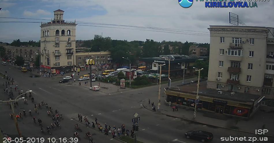Колонна велосипедистов едет по проспекту. webcam.zp.ua