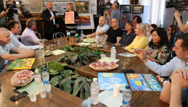 На аукционе, проведенном Запорожской областной организацией Союза журналистов, разыграли более 30 лотов — на 40 тысяч гривен