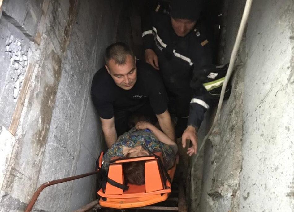 Женщину вытащили с помощью носилок и веревки. Фото: ГСЧС