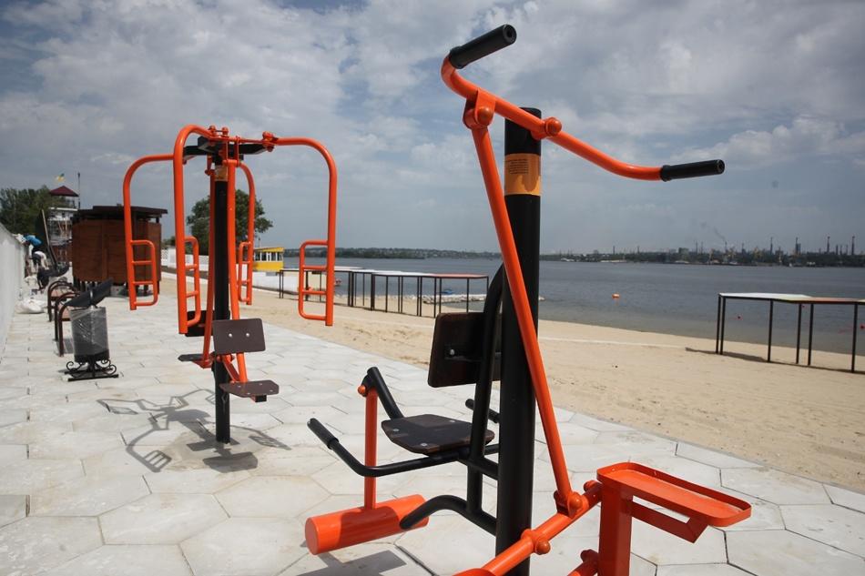На пляже установили тренажеры