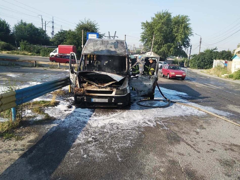 На Анголенко сгорела маршрутка. Фото: ГСЧС