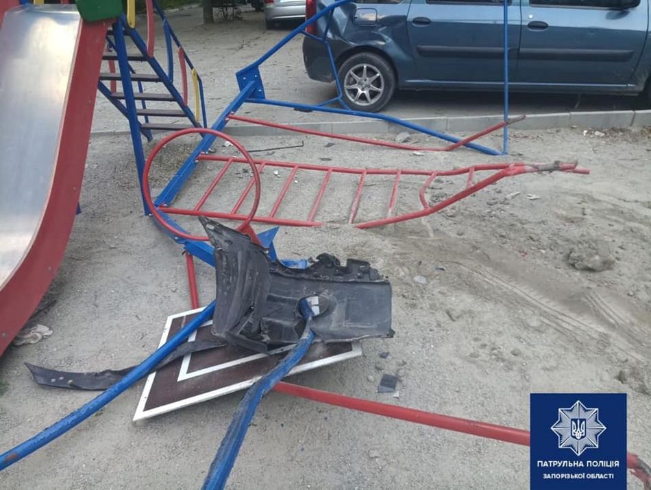 На Почтовой развалили детскую площадку / фото: пресс-служба патрульной полиции