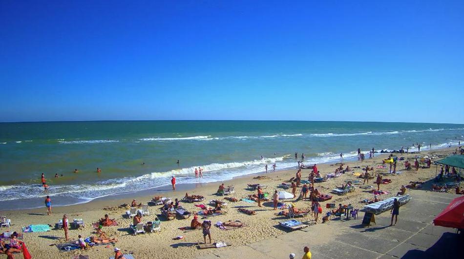 А вот у некоторых баз куча людей на пляже / kirillovka.ks.ua