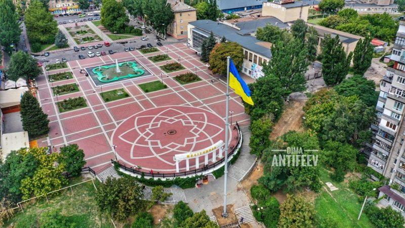На самый высокий флагшток Запорожской области подняли желто-голубое полотно
