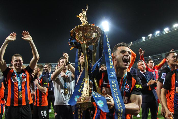 Брызги шампанского и фаер-шоу фанатов: как в Запорожье впервые прошел финал Кубка Украины по футболу (Фоторепортаж)