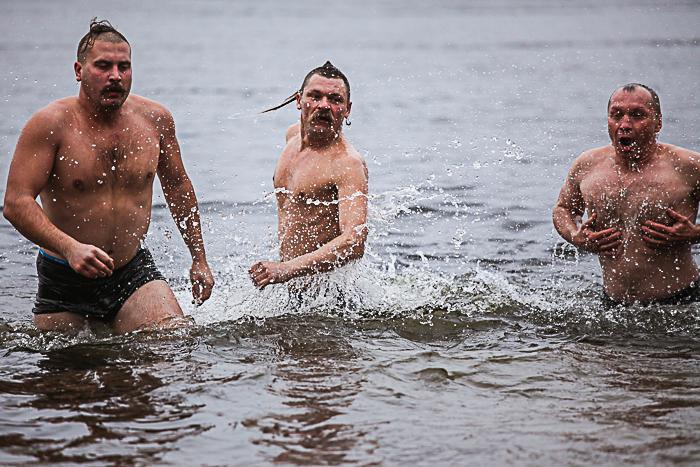 С казаками на Хортице и купание среди льдин: как запорожцы отмечают Крещение (Фоторепортаж)