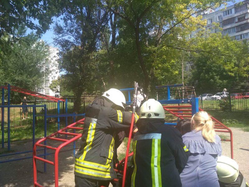 В Запорожье малыш застрял в лестнице на детской площадке
