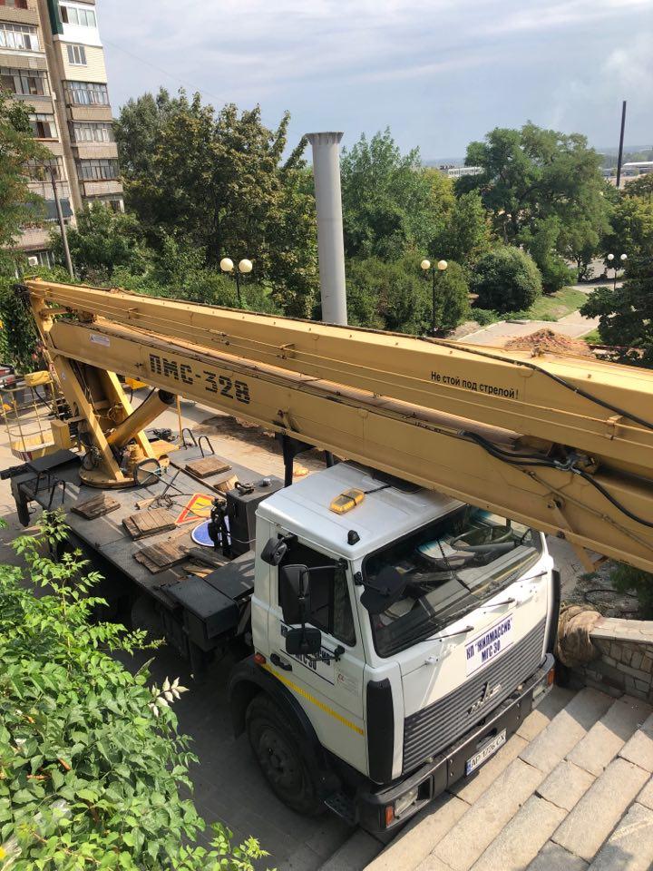 В Мелитополе продолжается работа по установке флагштока, высота которого составит 36 метров