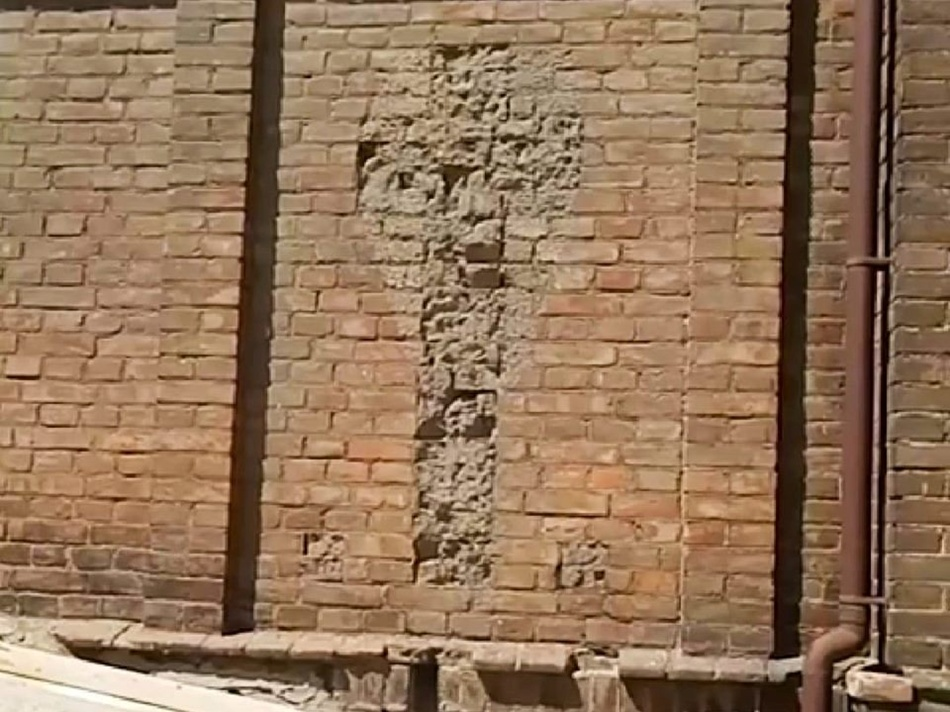 Силуэт креста на стене 3-го корпуса ЗНУ. Фото: fb Роман Акбаш