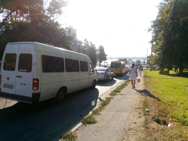 Запорожцы не хотят стоять в пробках и выходят из транспорта, чтобы добраться на работу быстрее