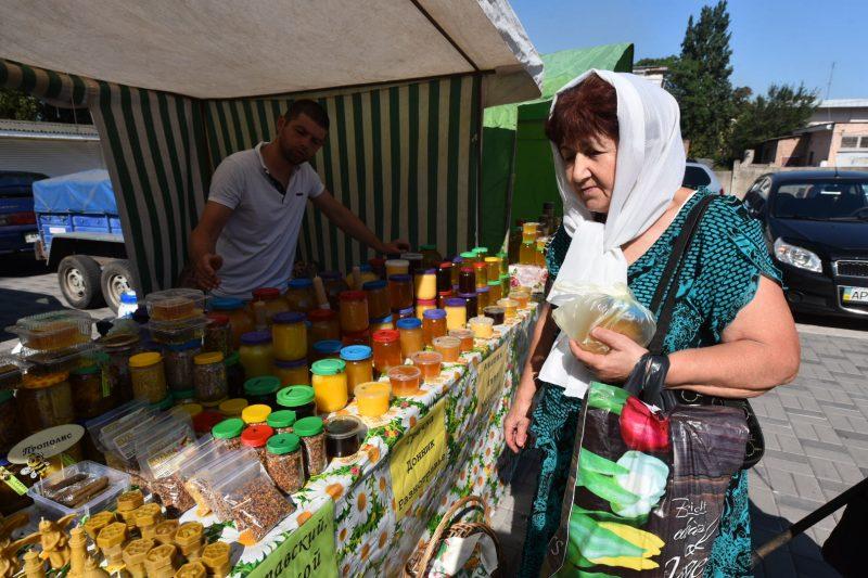 Возле Свято-Покровского архиерейского собора прошла традиционная медовая ярмарка
