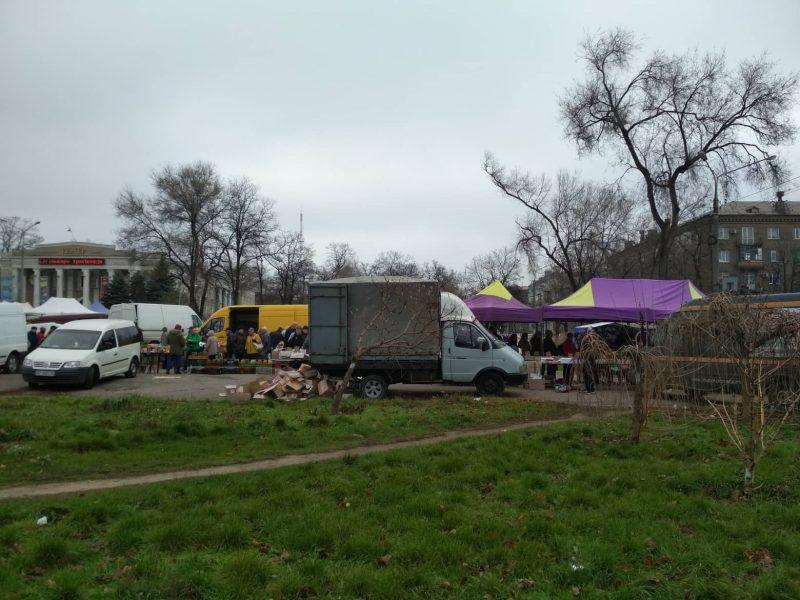 Ярмарка возле цирка на выходных собирает сотни запорожцев