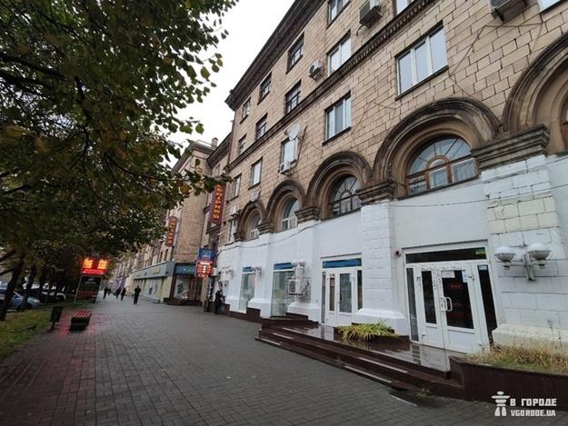 Изуродованный фасад здания, который пообещали вернуть в первоначальное состояние. Фото: Анна Покровская