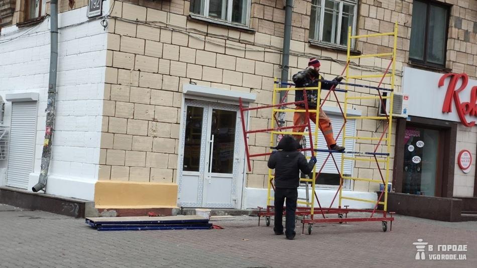 В Запорожье белый фасад на Сталеваров сделали желтым / фото: Vgorode