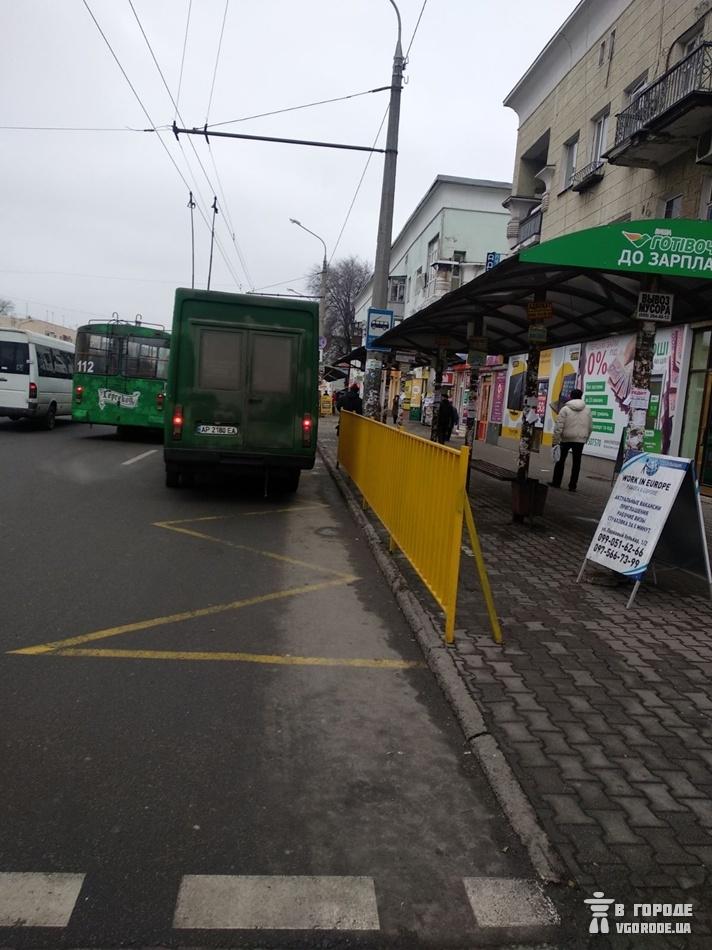 На проспекте Металлургов поставили забор / фото: Vgorode