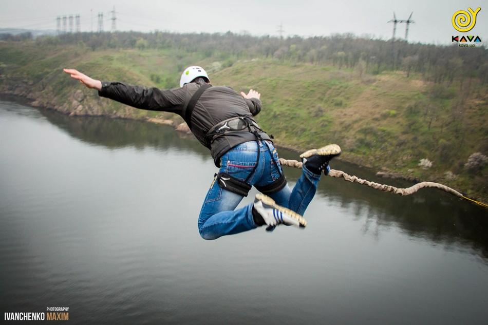 Прыжки с Арочного моста в Запорожье / фото: kava.ua