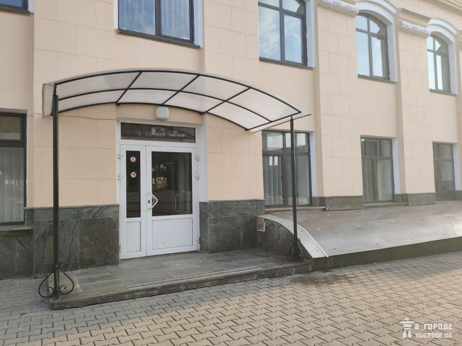 Изолятор находится с торца здания слева от главного входа / фото: Анна Покровская
