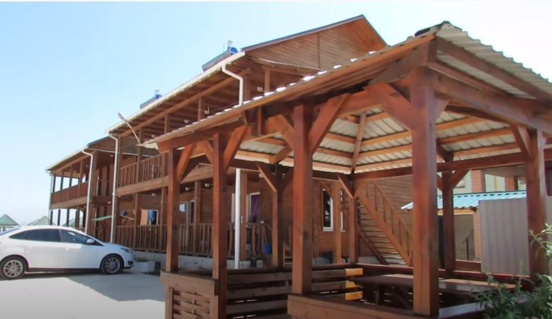 В Запорожской области семейная пара незаконно построила базу отдыха на берегу моря