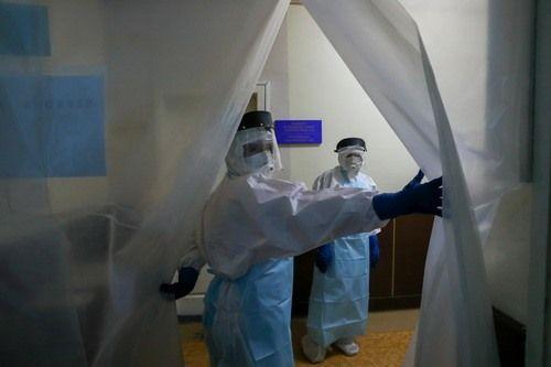 Медики лечат больных коронавирусом