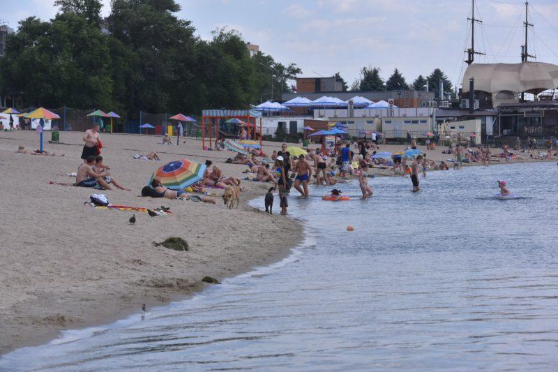 На пляже много отдыхающих, дистанцию соблюдают не все