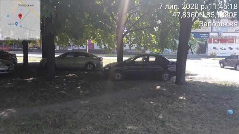 Горе-водители устроили парковку на площади Фестивальной