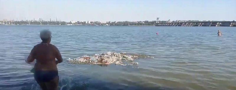 В Запорожье в Днепре образовался «мусорный остров» - видео