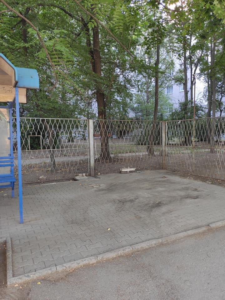 В Запорожье возле остановки убрали два незаконных киоска