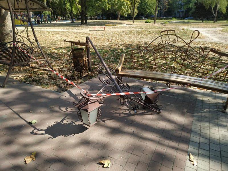 В парке Трудовой Славы ночью вандалы согнули фигурный фонарь
