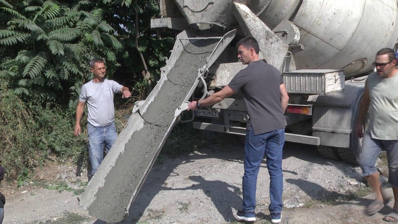 Управлял бетономешалкой: в Запорожье заместитель мэра по вопросам ЖКХ взялся собственноручно помочь с ремонтом дороги