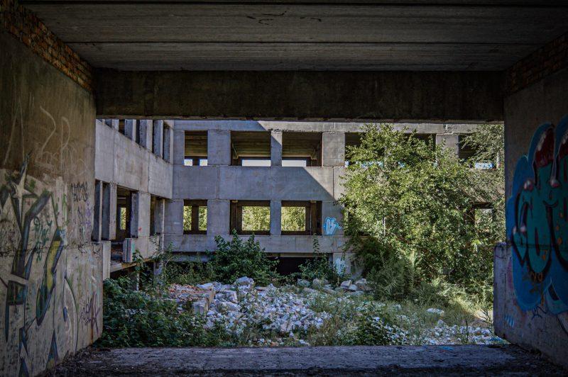 В спальном районе Запорожья десятки лет пустует недостроенный автобусный парк