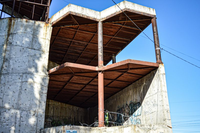 В спальном районе Запорожья люди жалуются на заброшенное недостроенное здание