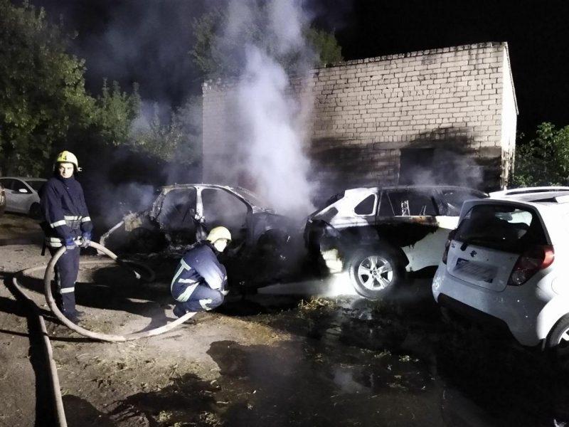 В Запорожье ночью на автостоянке горели машины