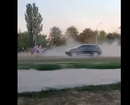 В Запорожье водитель джипа гонял по школьному стадиону, на котором играли дети - видео