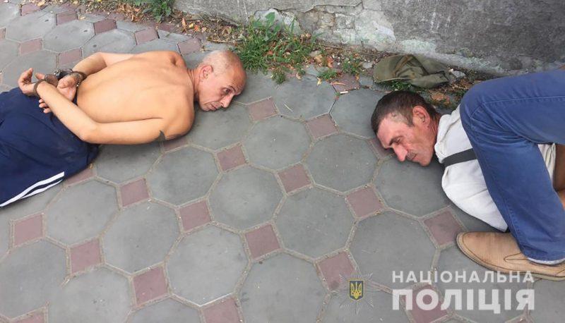 В Запорожской области двое мужчин ворвались к пенсионерке в дом, вооружившись пистолетом и ножом