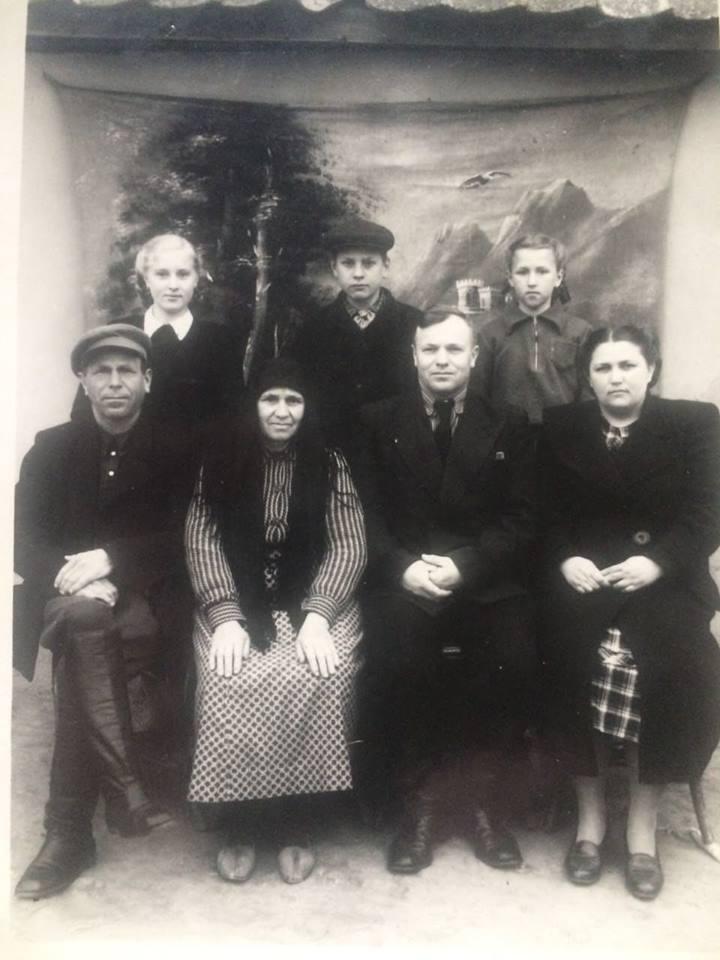 Николай Родионович Ермаков с семьей