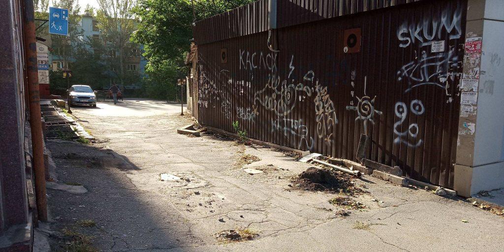 В центре Запорожья разъяренный мужчина покусал полицейских (ВИДЕО)