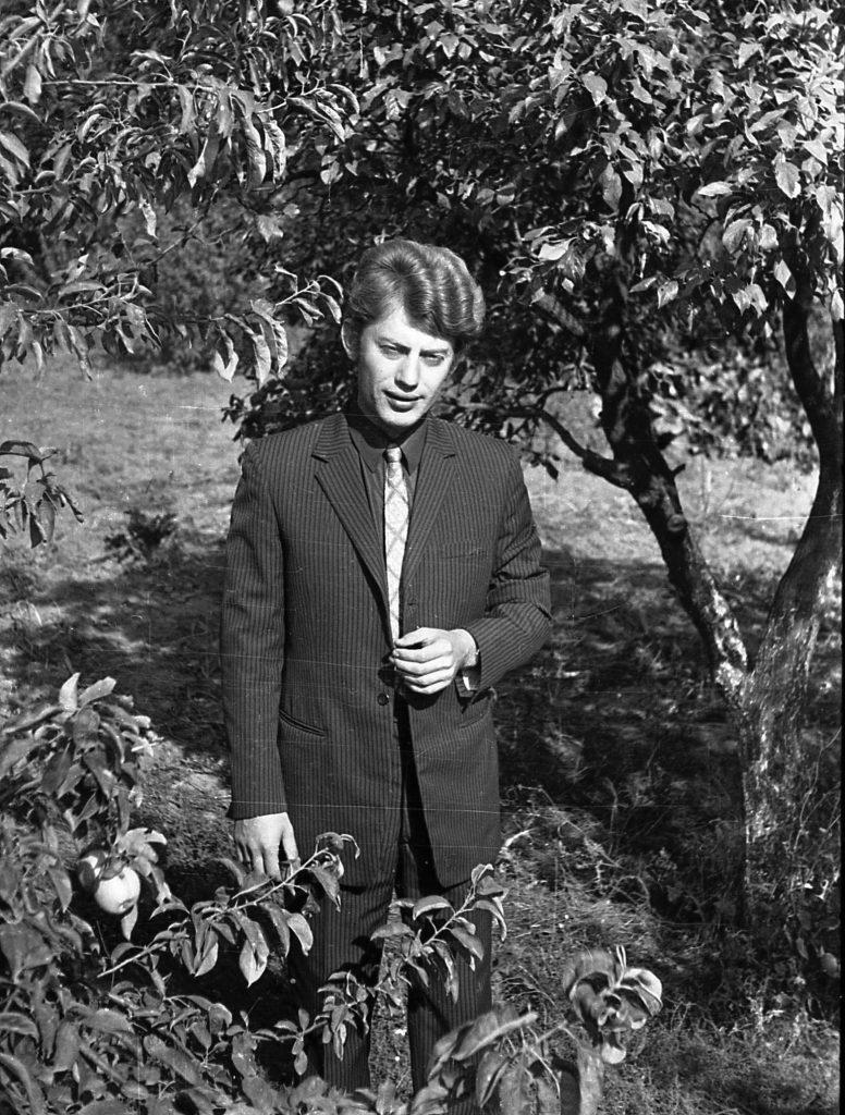 Александр Ткачев. Как он подписал - автопортрет в огороде. 1973 год