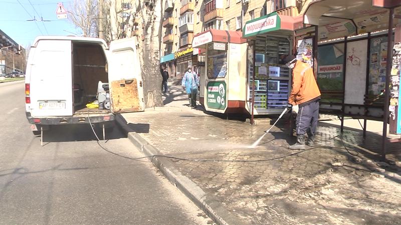 В Запорожье остановки и общественный транспорт обработали специальным раствором (ВИДЕО)